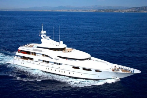 What does a luxury yacht charter look like