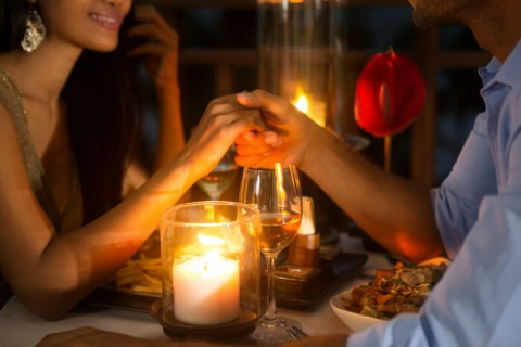 Organize the perfect romantic dinner to propose